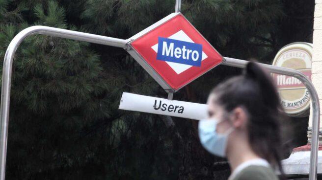 Una persona sale del metro del distrito de Usera, Madrid.