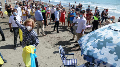Gritos de afecto para la Reina Sofía durante la limpieza de una playa de Málaga