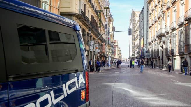 Policías nacionales escoltan a los participantes de Marea de Residencias, en Madrid.