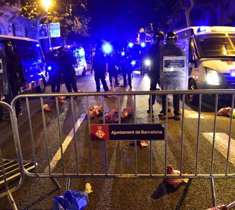 Los CDR lanzan cabezas de cerdo a los Mossos e intentan cercar el Parlament