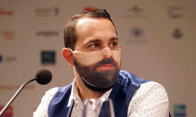 Gianmaria Aliverta director de escena de Un ballo in maschera con su cara impresa en la mascarilla 2302x1376