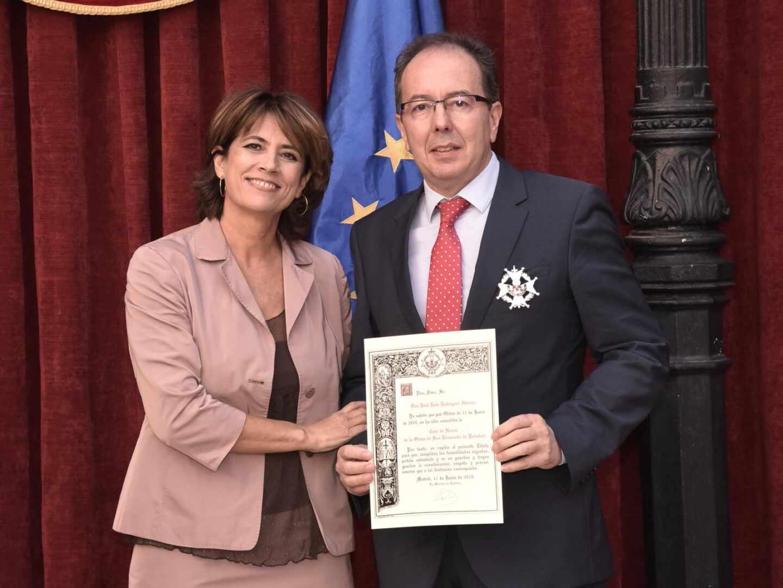 Rodríguez Álvarez, recibiendo la cruz de honor de San Raimundo de Peñafort de manos de Dolores Delgado.