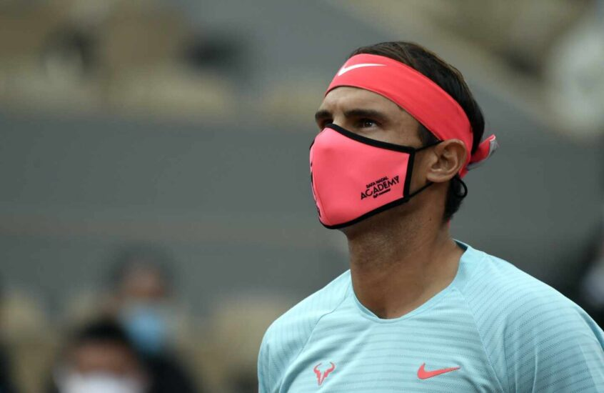 Rafael Nadal, doce veces campeón, sale con máscara a su partido de primera ronda