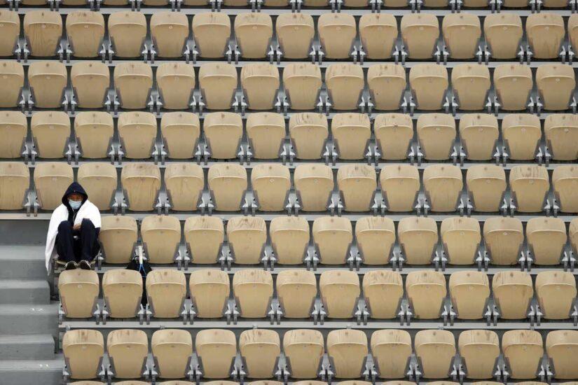 Miren donde miren los jugadores, en la grada solo hay sillas vacías