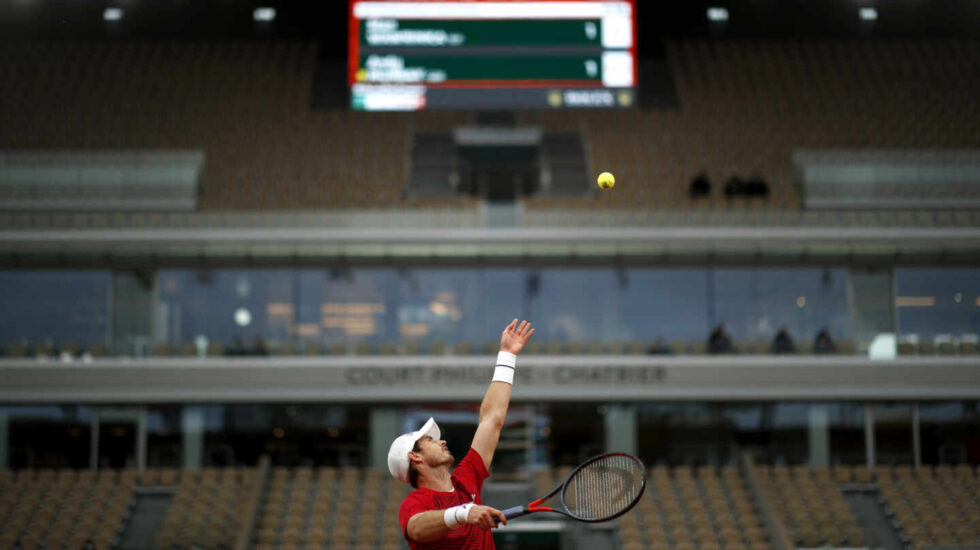 El tenista Andy Murray saca durante su partido de primera ronda ante Stan Wawrinka