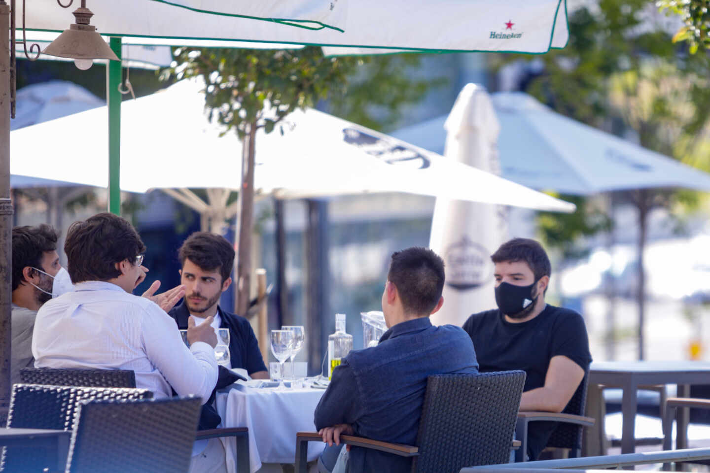 Clientes en una terraza de un bar.