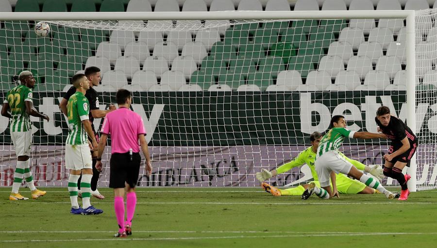 Fede Valverde anota el primer gol del Real Madrid en su partido contra el Betis.