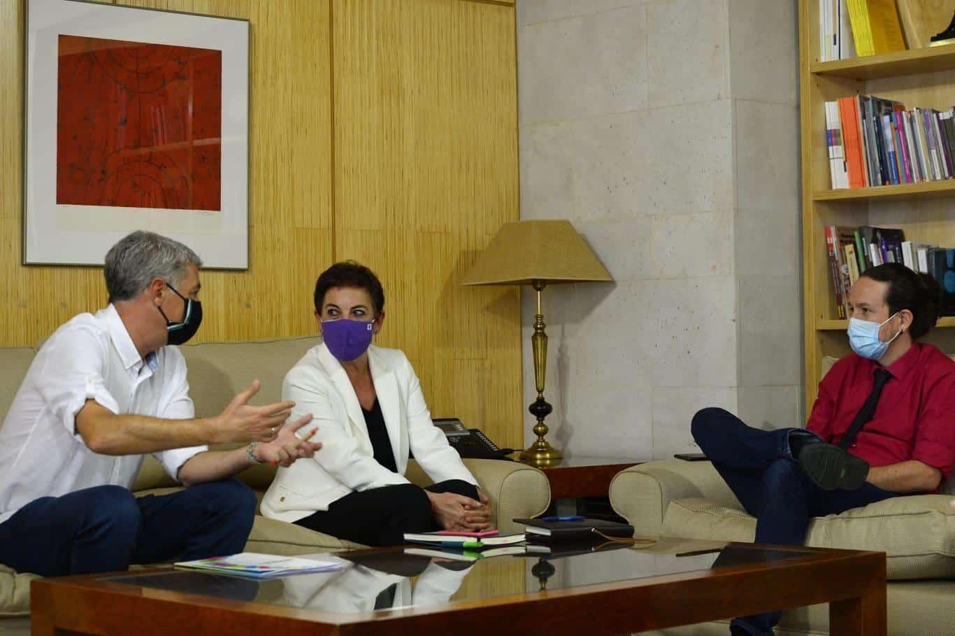 El vicepresidente segundo, Pablo Iglesias, reunido este miércoles con Oskar Matute y Mertxe Aizpurua, portavoces de EH Bildu en el Congreso.