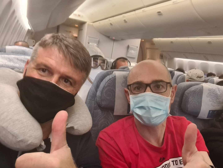 Pedro Morilla (izquierda), en el avión camino de Shanghai (China).