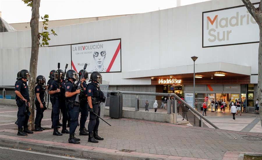 Antidisturbios en las manifestaciones contra los confinamientos en los distritos del sur.