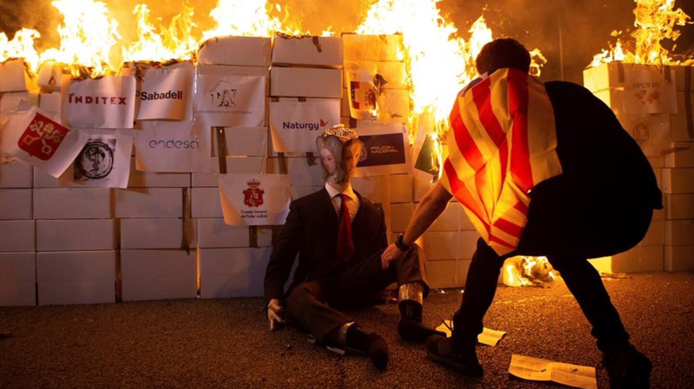 Radicales de los CDR queman una imagen de Felipe VI en Barcelona.