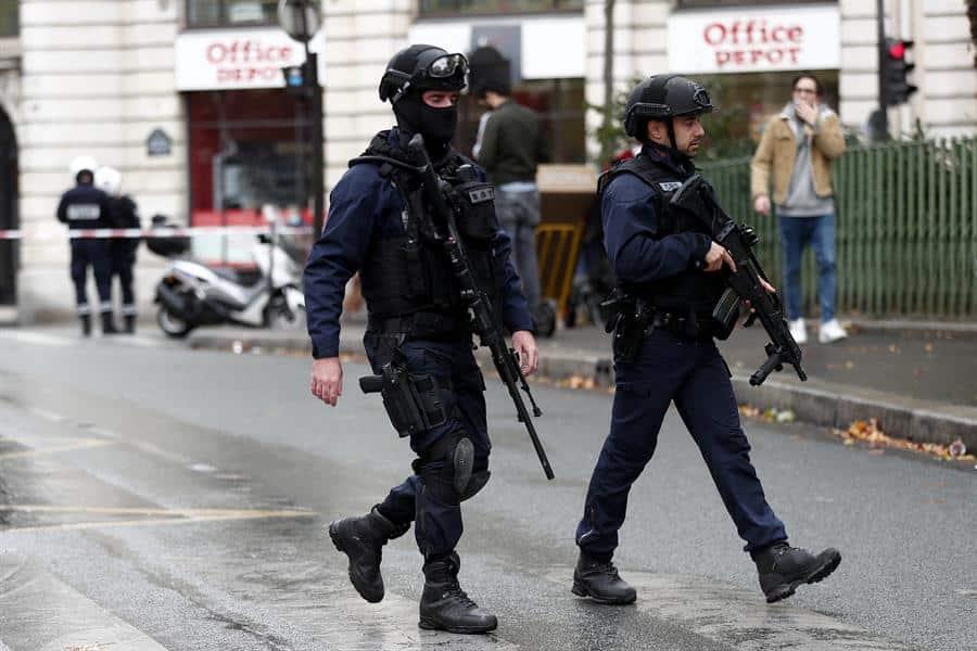 Agentes armados responden al ataque junto a la sede de Charlie Hebdo.