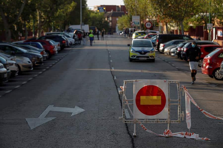 Una patrulla municipal monta un control en los barrios confinados de Alcobendas.