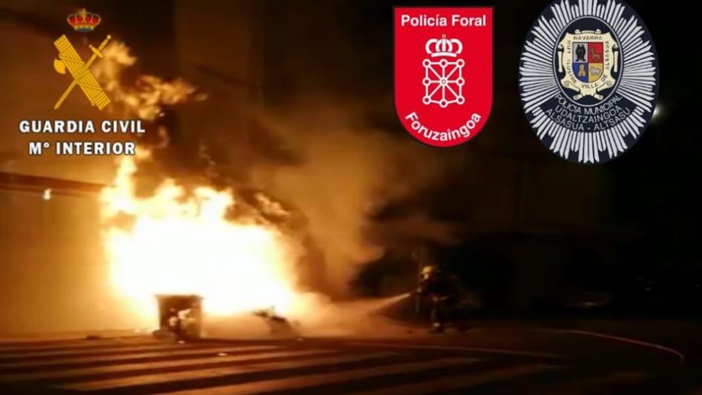 Los Bomberos apagan un contenedor en llamas en Alsasua.