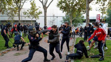 Disturbios entre Policía y 'antifas' en una manifestación contra los confinamientos en Vallecas