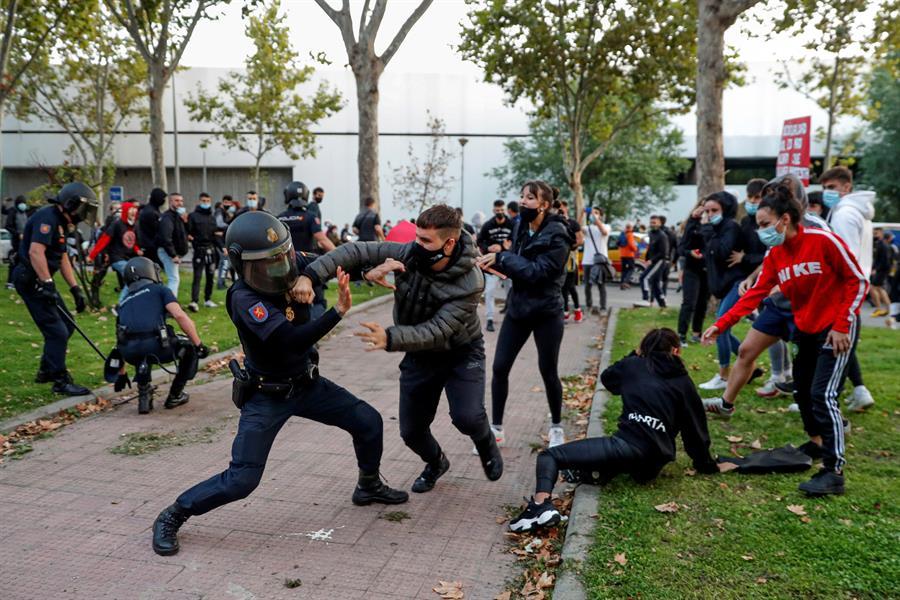 Disturbios en Vallecas entre policías y manifestantes.