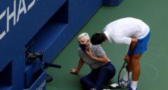 Djokovic, descalificado del US Open por darle un pelotazo a una jueza en la garganta