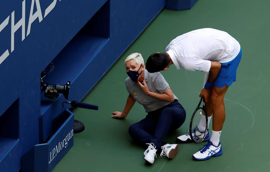 Novak Djokovic Descalificado Del Us Open Por Darle Un Pelotazo A Una Jueza En La Garganta