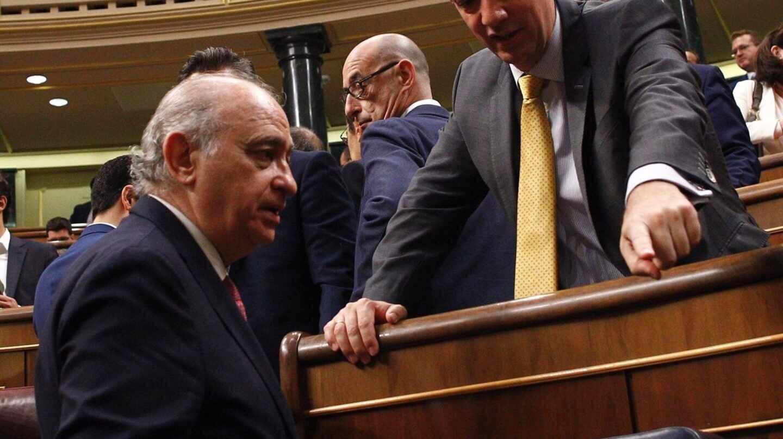Jorge Fernández Díaz y Francisco Martínez, en el Congreso de los Diputados.