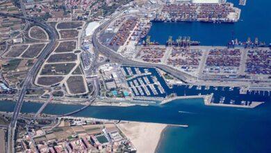Herido un estibador del Puerto de Valencia al engancharse un barco en la grúa en la que trabajaba y caer parte de ella