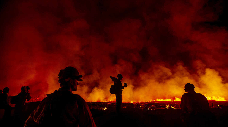 Bomberos combaten un incendio de California