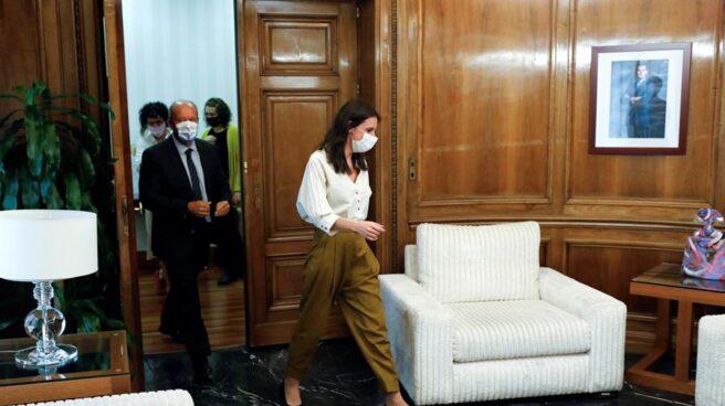 Irene Montero, durante una reunión con el ministro Juan Carlos Campo.
