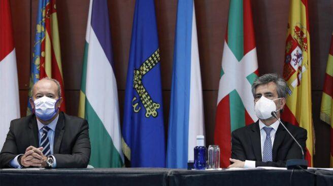Juan Carlos Campo y Carlos Lesmes, en el acto de entrega de despachos judiciales.