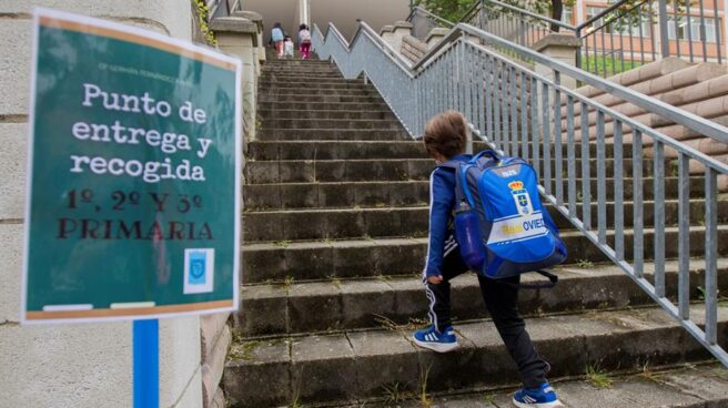 Un niño entra al colegio en Oviedo.