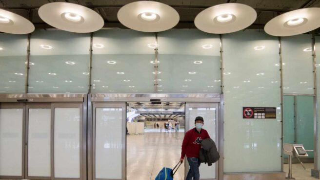 Pasajero con mascarilla en el aeropuerto de Madrid-Barajas.
