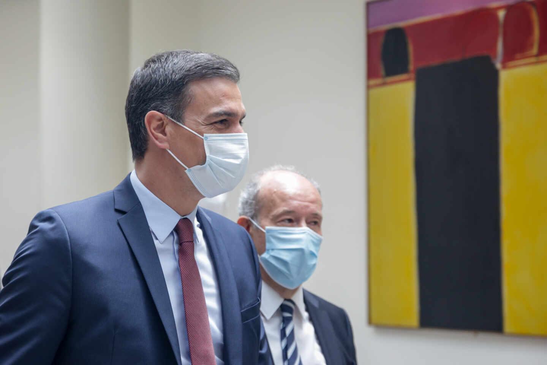 El presidente del Gobierno, Pedro Sánchez, y el ministro de Justicia, Juan Carlos Campo, en los pasillos del Senado.