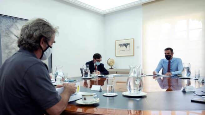 Pedro Sánchez preside una reunión de seguimiento del coronavirus.