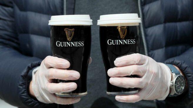 Pintas de Guinness en un pub irlandés.