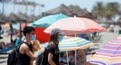 Dos bañistas con mascarilla en una playa de Almería.