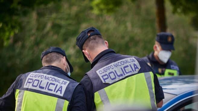 Policías nacionales, en labores de control durante el estado de alarma.