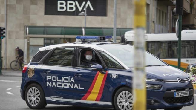 Un vehículo de la Policía Nacional patrulla por una céntrica calle de Pamplona.