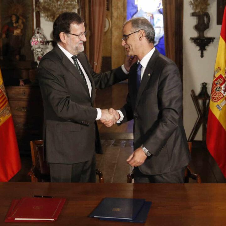 Rajoy saluda al entonces presidente del Gobierno andorrano durante su visita al Principado en enero de 2015.