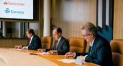 Santander se alía con Correos para llevar dinero a casas de zonas rurales a través de los carteros