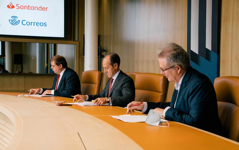 El consejero delegado de Santander España, Rami Aboukhair, firma el acuerdo con el presidente de Correos, Juan Manuel Serrano.