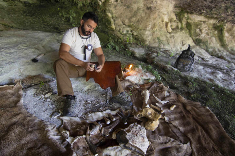 Raúl Hurtado, instructor de Supervivencia militar y deportiva, experto en tecnologias prehistóricas y ex miembro de Operaciones Especiales del Ejército de Tierra y director de Lobo 7 Centro de Formación para la Supervivencia hace un cuchillo con técnicas del paleolítico.