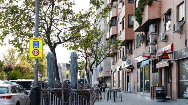 Terrazas recogidas y bares cerrados en una de las zonas confinadas de Fuenlabrada.