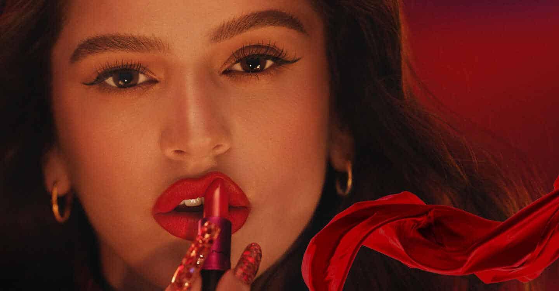 rosalia en la colaboracion con mac viva glam