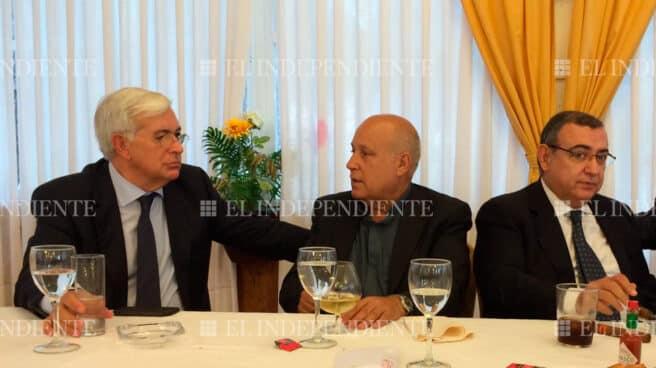 Silverio Nieto, flanqueado por Gabriel Fuentes (izquierda) y Enrigue García Castaño en una comida.