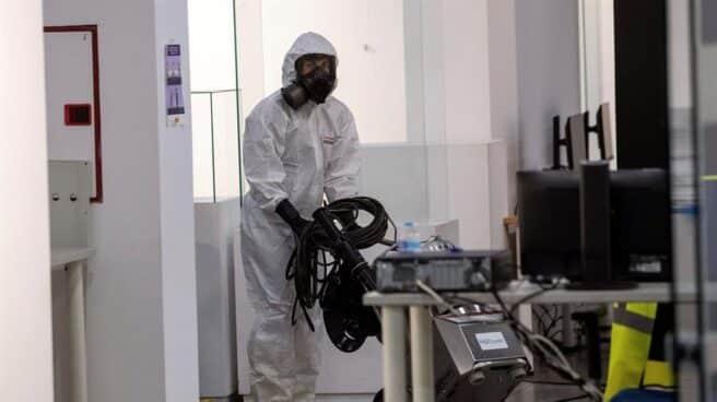 La UME desinfecta un centro cultural en Madrid.