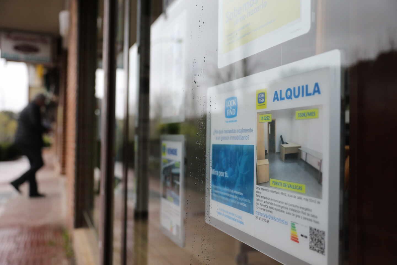 Una inmobiliaria anuncia un alquiler de una vivienda.