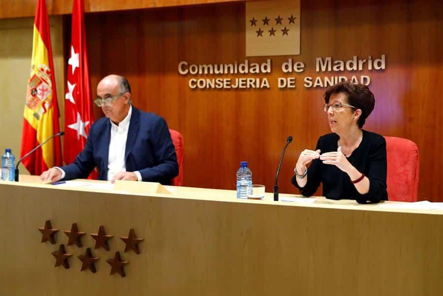 Antonio Zapatero y Elena Andradas, en la rueda de prensa en la que se han anunciado nuevas restricciones en Madrid.