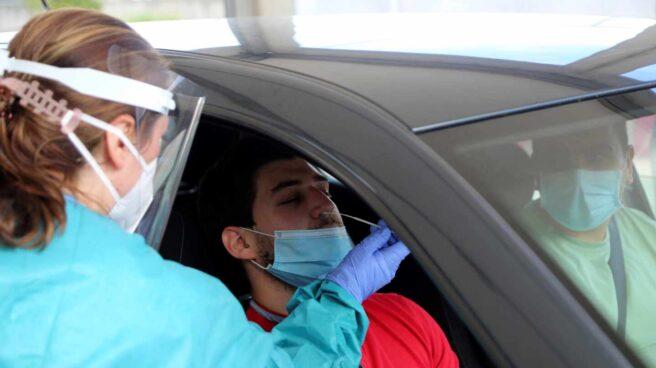 Personal sanitario realiza una prueba de PCR.