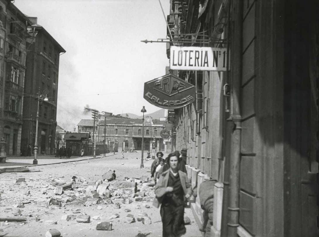 Civiles huyendo por la calle Uría durante un bombardeo del ejército republicano a la Estación de Ferrocarril del Norte. Oviedo, 1936. Florentino López, «Floro».