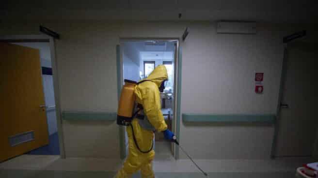 Un soldado desinfecta las superficies del Hospital de Saronno, al norte de Italia.