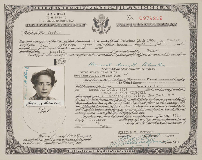 El certificado de naturalización de Hannah Arendt