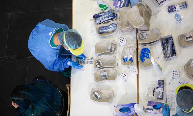 Personal sanitario realizan test de antígenos.